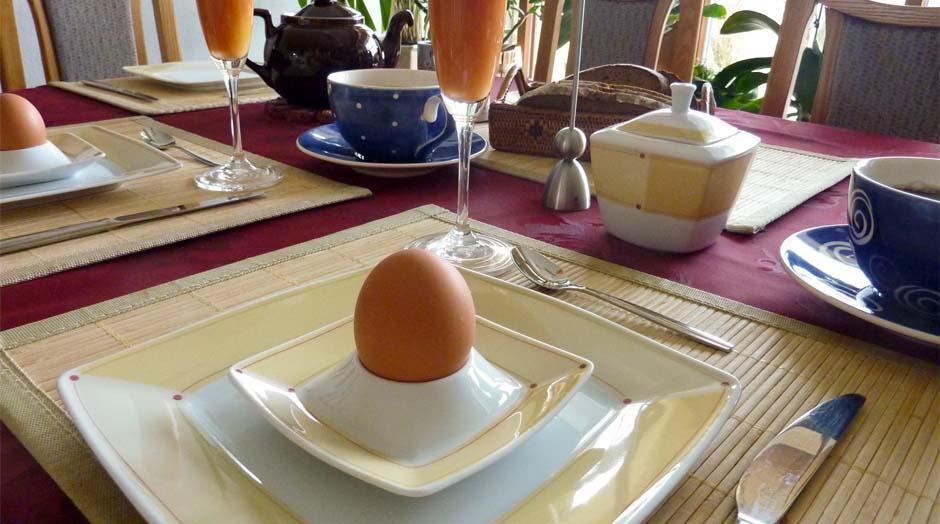 Fruehstueckstisch mit Ei